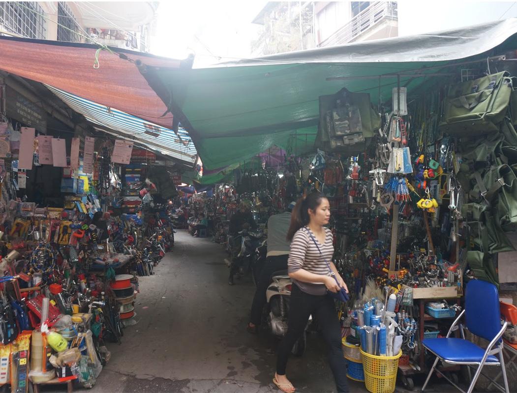 Các mặt hàng được bày bán đa dạng tại Chợ Giời