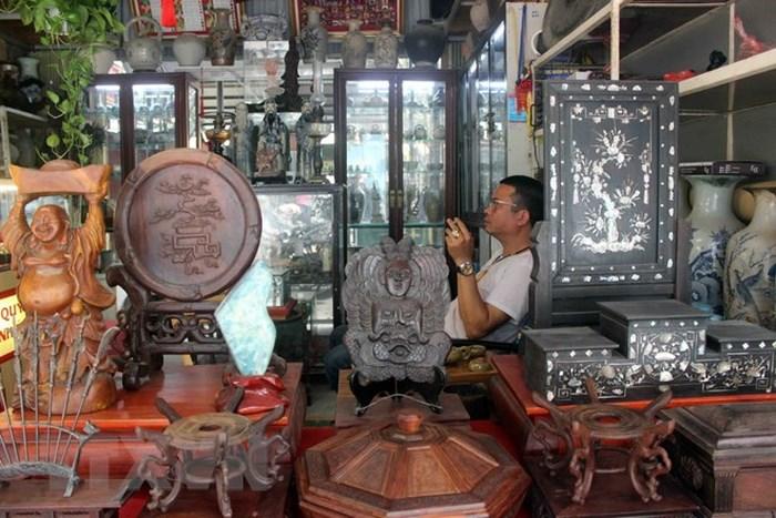 Đồ gỗ cũ cổ được bày bán thành khu rất nhiều